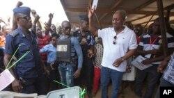 ປະທານາທິບໍດີການາ ຜູ້ດຳລົງຕຳແໜ່ງໃນປັດຈຸບັນ ທ່ານ John Dramani Mahama ເປັນຜູ້ສະໝັກລົງແຂ່ງຂັນ ສັງກັດພັກ Democratic Congress, ຖືບັດລົງຄະແນນສຽງ, ໃນລະຫວ່າງການເລືອກຕັ້ງເອົາປະທານາທິບໍດີ ແລະ ສະມາຊິກສະພາຊຸດໃໝ່, ໃນເມືອງ Bole ຂອງການາ, ວັນພຸດ ທີ 7 ທັນວາ 2016.