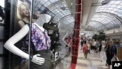 Suasana di pusat perbelanjaan di Orlando, Florida menjelang Natal 2012 (Foto: dok). Penjualan eceran di AS dilaporkan mengalami sedikit peningkatan, hanya 0,7 persen di atas periode yang sama bulan Oktober sampai Desember tahun lalu.