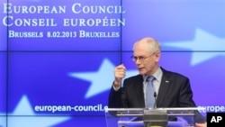 Chủ tịch Hội đồng châu Âu Herman Van Rompuy nói chuyện với các nhà báo khi kết thúc Hội nghị Ngân sách EU tại Brussels, 8/2/13