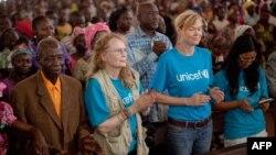 L'actrice américaine et ambassadrice de bonne volonté de l'Unicef, Mia Farrow (Centre gauche), lors d'une messe à la cathédrale de Bossangoa, le 10 novembre 2013.