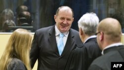 2013年3月27日,前波黑内政部长斯塔尼希奇(中)在参加庭审前会见律师。(资料照片)