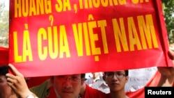 越南民众集会抗议他们所称的中国侵犯越南在南中国海的领海主权。 (资料照片)