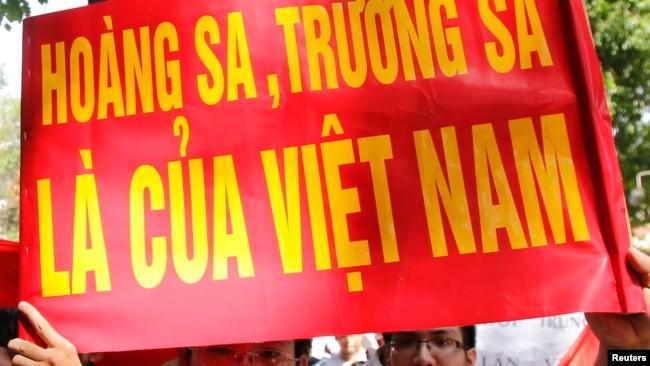Người dân phản đối Trung Quốc trước cửa Đại sứ quán Trung Quốc ở Hà Nội. Lời đe dọa của Trung Quốc được gửi tới Hà Nội qua đại sứ Việt Nam ở Bắc Kinh, theo nguồn tin của giáo sư Carl Thayer và học giả Bill Hayton.
