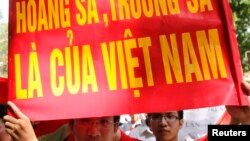 Người biểu tình phản đối Trung Quốc trong cuộc tuần hành ở Hà Nội hôm 5/6/2011.