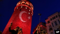 人們在土耳其標誌性的加拉塔橋塔照相(2016年7月30日)