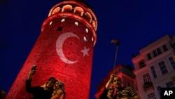 人们在土耳其标志性的加拉塔桥塔照相(2016年7月30日)