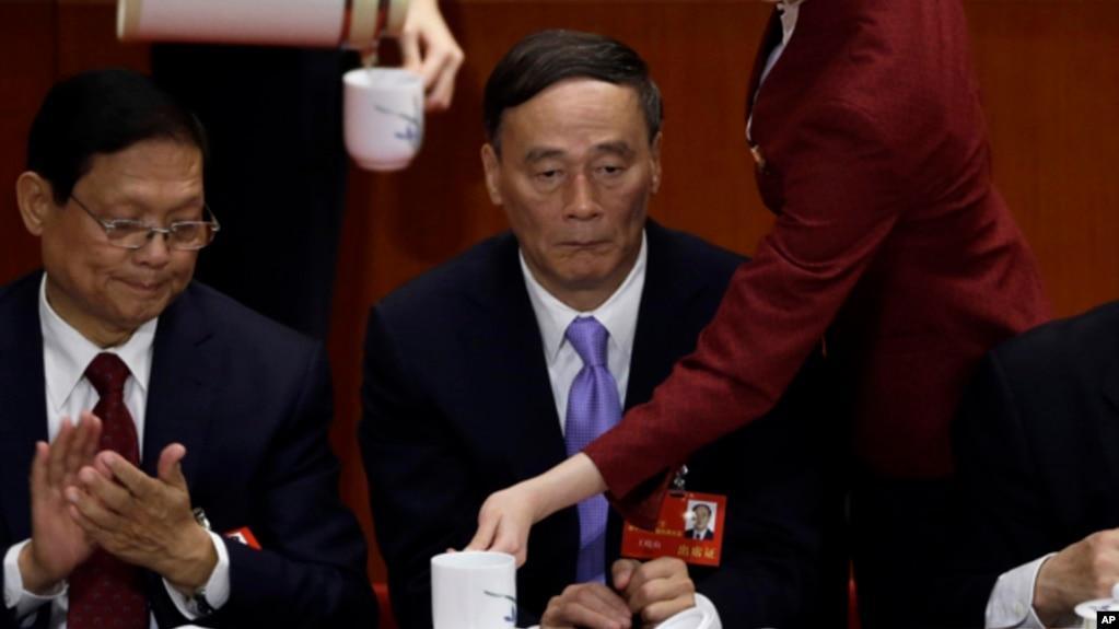 中共十八大上,时任国务院副总理王岐山(中)在主席台上,王岐山后来成为中纪委书记(2012年11月8日)