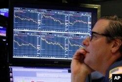 El corredor de bolsa Gregg Maloney mira el declive de las acciones en el Mercado de Valores de Nueva York el 10 de octubre de 2018.