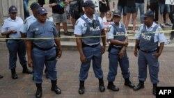 La police surveille une manifestation à Durban, le 11 février 2016.