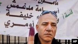 選民星期一在大馬士革投票後舉起染有印色的手指