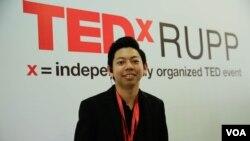 លោក ជា សេងហ៊ី សហស្ថាបនិកនៃកម្មវិធី TedxRUPP ឈរនៅខាងមុខកម្មវិធី TedxRUPP ក្នុងរាជធានីភ្នំពេញកាលពីថ្ងៃទី ០៩ មិថុនា ឆ្នាំ២០១៩។(ទុំ ម្លិះ/វីអូអេ)