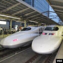 东京站待发的新干线子弹列车