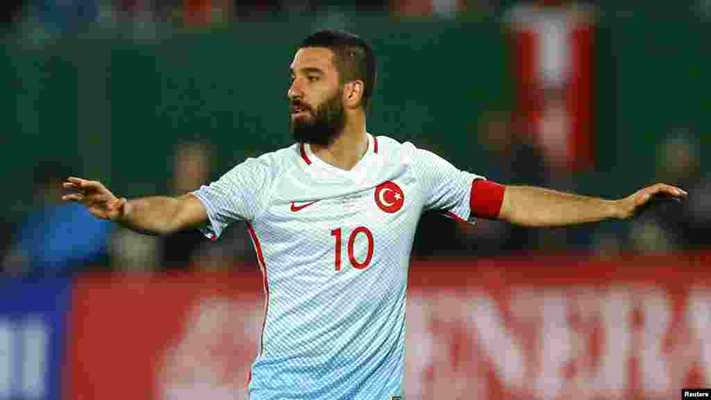 L'international turc Arda Turan, lors d'une match de foot face contre l'Autriche, le 29 mars 2016.