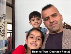 Kohistany cùng con gái và con trai. Hiện gia đình anh đang ở Căn cứ Không quân Ramstein ở Đức chờ được sơ tán tới Mỹ.