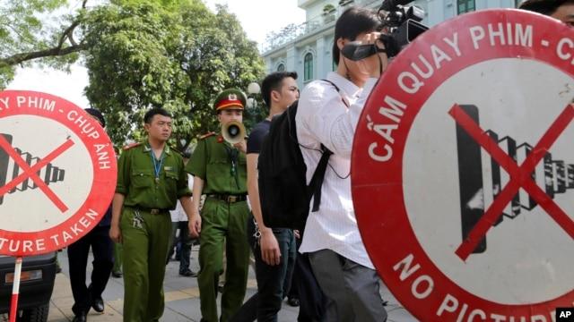 Công an Việt Nam dùng loa để kêu gọi người dân và các nhà báo rời khỏi khu vực gần Đại sứ quán Trung Quốc tại Hà Nội, ngày 18/5/2014.