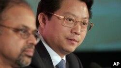 2008年2月,时任无锡市委书记的杨卫泽(右侧)和一位印度IT业人士在一起