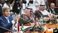 11일 존 케리 미국 국무장관(왼쪽)이 사우디아라비아에서 주요 아랍 당국자들과 회의를 가졌다.