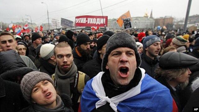 Demonstranti na moskovskom trgu Bolotnaja 10. decembra 2011 uzvikuju parole protiv Vladimira Putina.