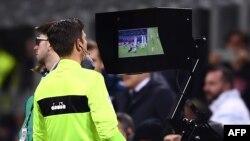 L'arbitre Gianluca Rocchi regarde l'écran du système d'assistant vidéo assistant (VAR) lors d'un match entre l'Inter de Milan et la Lazio à Milan, le 30 décembre 2017.