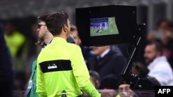 L'arbitre Gianluca Rocchi regarde l'écran de la VAR lors du match entre l'Inter Milan et la Lazio, Italie, le 30 décembre 2017.
