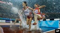 중국 텐진에서 동아시아 경기대회가 열리고 있는 가운데, 9일 여자 육상 3천m 장애물 경주에서 박금향 선수(오른쪽)가 중국 선수와 선두를 다투고 있다.