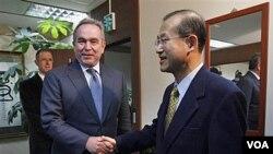 Asistan-Sekretè Deta ameriken pou Afè Azi Oryantal e Pasifik, Kurt Campbell, ak prensipal negosyatè Kore di Sid la, Lim Sung Nam