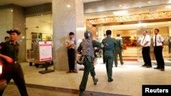Binh sĩ Miến Ðiện tại khách sạn Traders sau vụ nổ bom, ngày 15/10/2013.