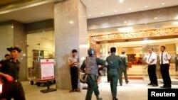 缅甸军人抵达商贸酒店实行警戒