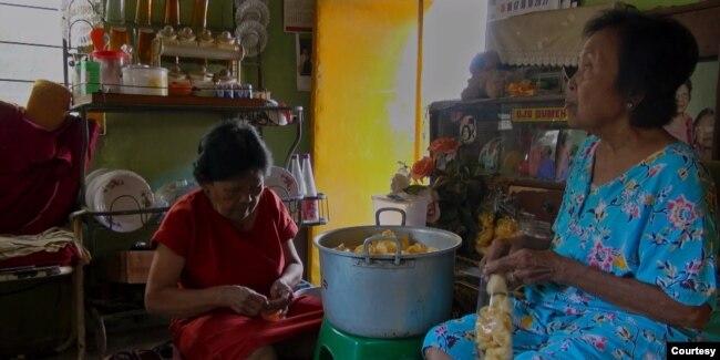Untuk bertahan hidup mereka membuka warung, jualan soto, melayani catering, dan menghabiskan hari tua bersama dengan berjualan kerupuk (Courtesy : Fanny Chotimah)