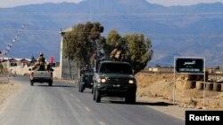 سیکیورٹی فورسز کے اہل کار وزیرستان کے قصبے وانا کے علاقے میں گشت کر رہے ہیں۔ فائل فوٹو