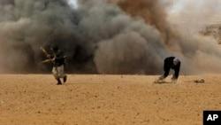 Wasu 'yan tawayen Libya kenan ke gudu lokacin da wani jirgin Libiya ya sako bam a inda su ke.