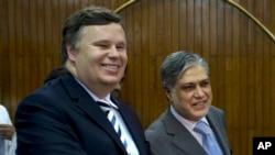 آئی ایم ایف کے علاقائی مشیر کیفری فرانکس اور پاکستان کے وفاقی وزیرِ خزانہ اسحاق ڈار (فائل فوٹو)