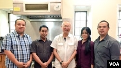 Pakar kuliner William Wongso bersama timnya di Washington D.C. (Foto: VOA/Vena Dilianasari)