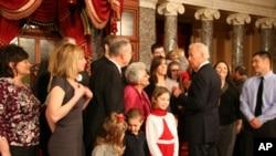 身兼参议院议长的拜登副总统和宣誓就职的议员家属寒暄