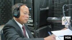 Phát ngôn viên chính phủ Campuchia Phay Siphan trong studio của VOA ở Phnom Penh.