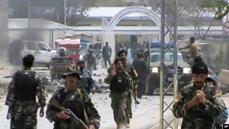 Tentara nasional Afghanistan mengamankan lokasi pasca serangan bom mobil di Qalat, provinsi Zabul, Afghanistan selatan, Sabtu (6/4).