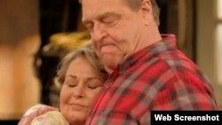 """Roseanne Barr y John Goodman son los protagonistas de la serie """"Roseanne"""" que volvió a la televisión estadounidense en la cadena ABC después de más de dos décadas."""