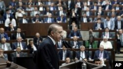 Presiden Turki Recep Tayyip Erdogan berbicara di depan anggota parlemen di Ankara, Turki (25/7).