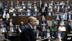 Recep Tayyip Erdogan s'adresse à ses partisans au parlement, Ankara, Turquie, le 25 juillet 2017. (Presidential Press Service/Pool via AP)