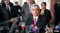 Presiden Armenia Serzh Sargsyan memberikan keterangan pers di dekat sebuah TPS di Yerevan. Hasil perhitungan suara pendahuluan menunjukkan Serzh Sargsyan terpilih kembali sebagai Presiden untuk masa jabatan kedua (VOA/ Vera Undritz).