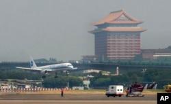 一架从厦门起飞满载中国大陆游客的客机降落在台北。(2008年7月4日)