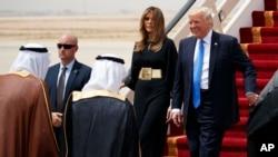 نداشتن حجاب اسلامی از سوی بانوی اول آمریکا مورد توجه برخی رسانه های آمریکایی قرار گرفته است.