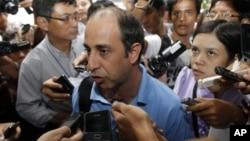 Ông Tomas Ojea Quintana (giữa) nói chuyện với các nhà báo về tình hình trong bang Rakhine