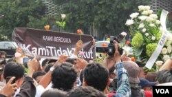 """Warga masyarakat dari berbagai profesi melakukan aksi solidaritas dan gerakan """"Kami Tidak Takut"""" digelar di kawasan Sarinah, Thamrin, Jakarta Jumat 15/1 (VOA/Fathiyah)."""