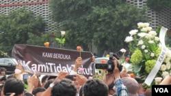 """Warga masyarakat dari berbagai profesi melakukan aksi solidaritas dan gerakan """"Kami Tidak Takut"""" untuk memerangi terorisme. (Foto: ilustrasi)"""