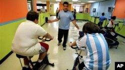 푸에르토리코의 한 병원에서 물리치료사가 어린 환자들의 운동을 돕고 있다. (자료사진)