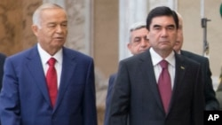 Prezidentlar Islom Karimov, Qurbonguli Berdimuhammedov Mustaqil davlatlar hamdo'stligining 2014-yil, oktabr oyida Belarusda o'tgan sammitida.
