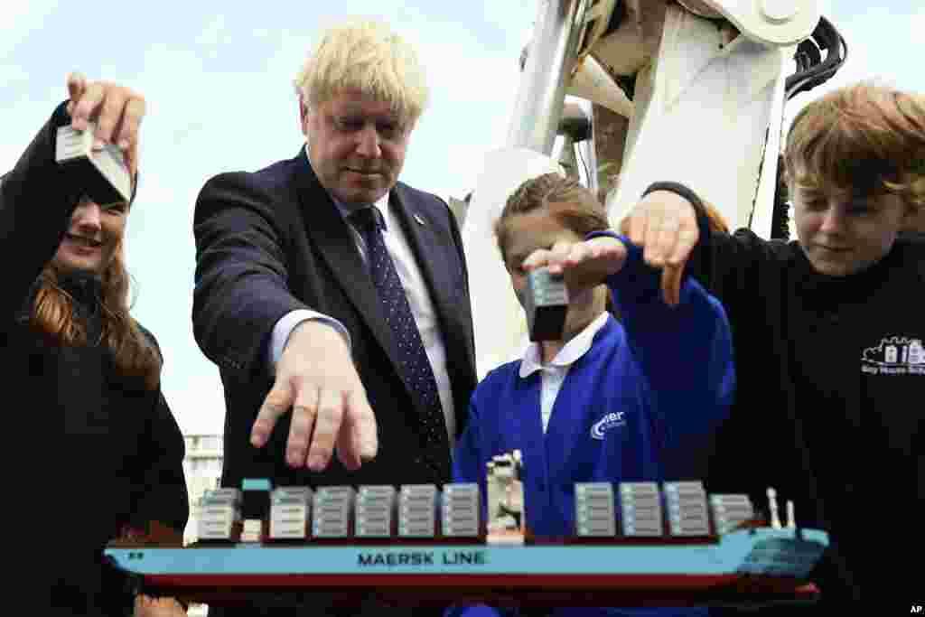 در حالیکه موضوع خروج بریتانیا از اتحادیه اروپا کند پیش می رود، بوریس جانسون روز پنجشنبه از یک مدرسه در لندن بازدید کرد.