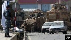 11일 아프가니스탄 카불 시내에서 나토 군 수송차량에 폭탄 테러가 발생한 가운데, 군인들이 사건 현장을 수색하고 있다.