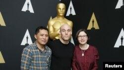 """Adi Rukun, čija je životna priča tema filma """"Pogled tišine"""" sa filmskim stvaraocima Džošuom Openhajmerom i Signe Byrge Sorensen"""